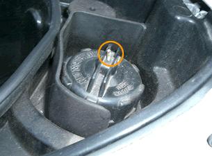 ガソリンタンクキャップの空気穴をふさぐ